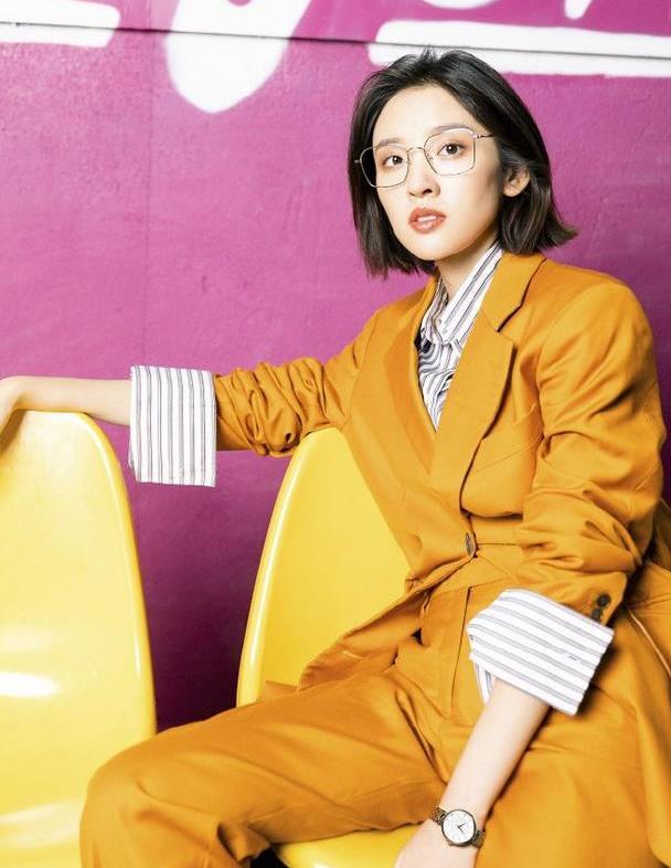唐艺昕婚后气场都变强了,穿条纹衬衫配姜黄色西装,又美又飒