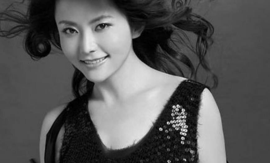 方瑜走了,陆依萍老了,陆如萍老了,而她却貌美如花仍像23岁