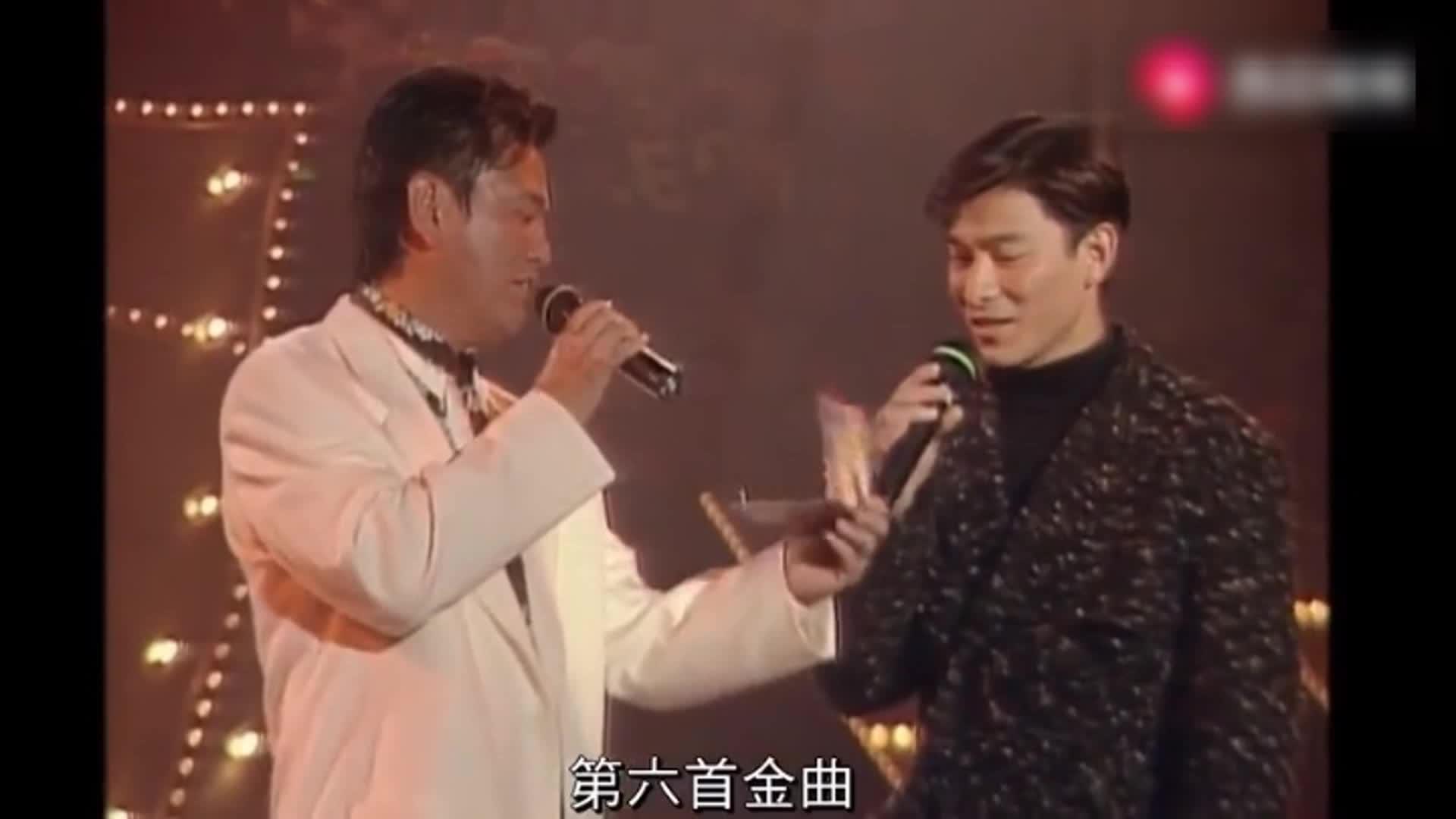 关之琳颁奖,直接把奖杯给了刘德华,看把华仔乐的!