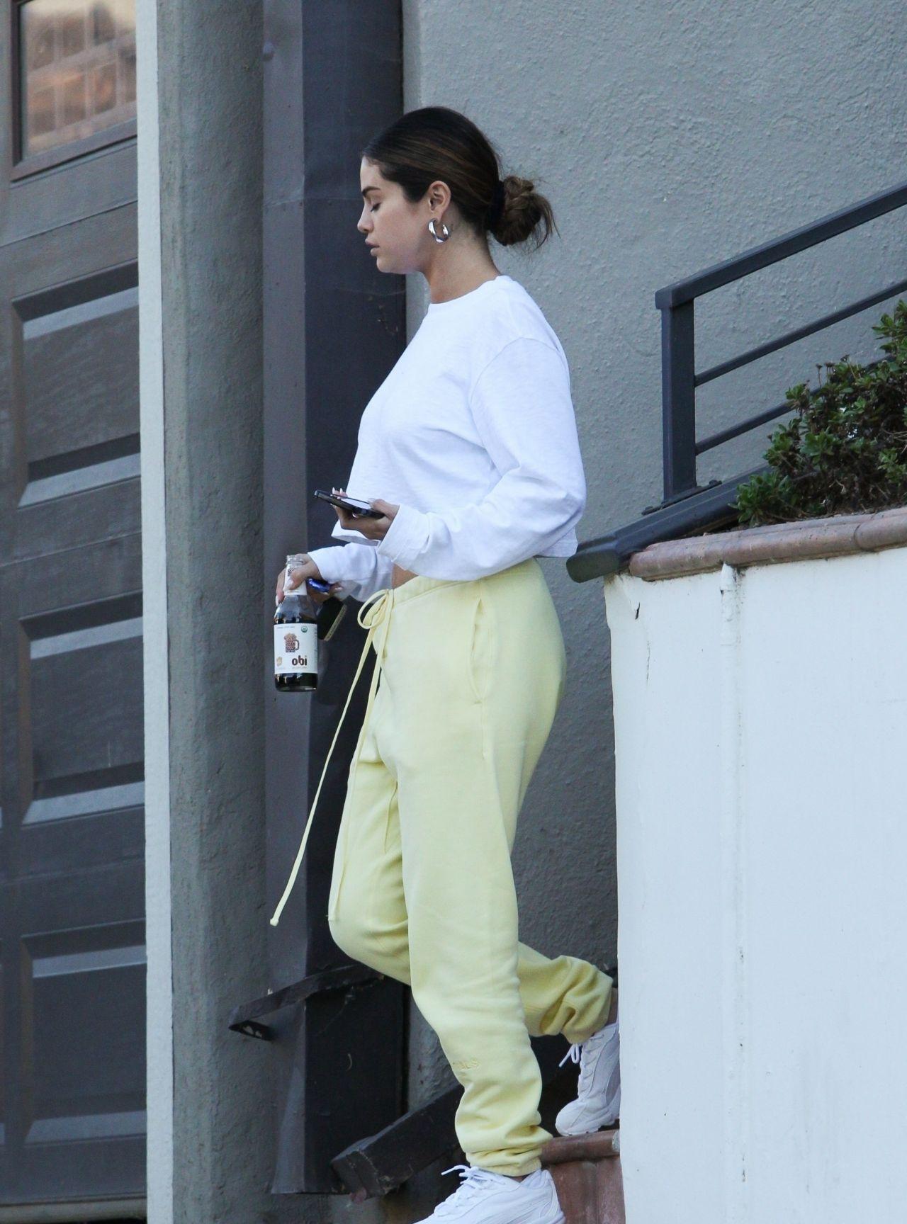 女星赛琳娜·戈麦斯洛杉矶街头休闲拍照,她给人时尚的感觉