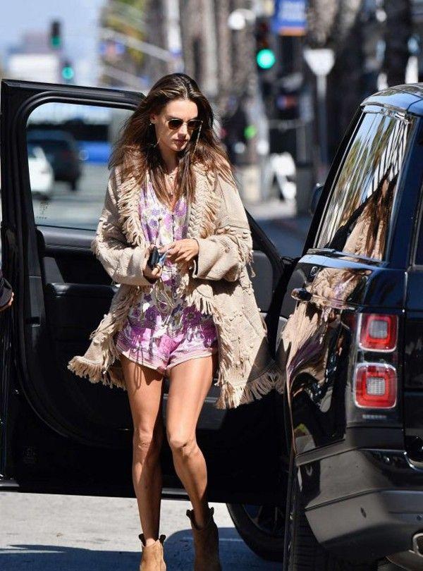超模AA流苏外套配连体衣拉风,蕾哈娜抹胸裙身材标致|欧美街拍