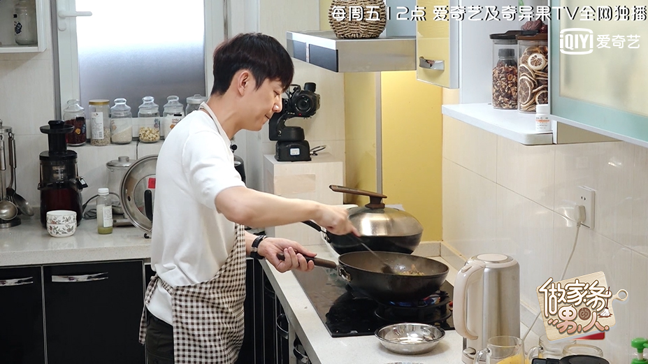 《做家务的男人》何炅做客魏大勋家 向黄磊讨教辣椒炒肉做法