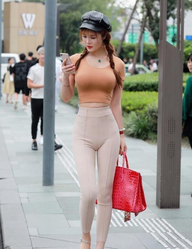 美女街拍身姿窈窕的小姐姐,紧身裤的穿搭,更具温柔女人味