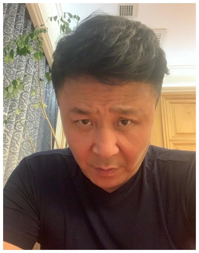 不靠脸吃饭!49岁郭斌晒出自己年轻照片,网友:幸亏孩子不随你