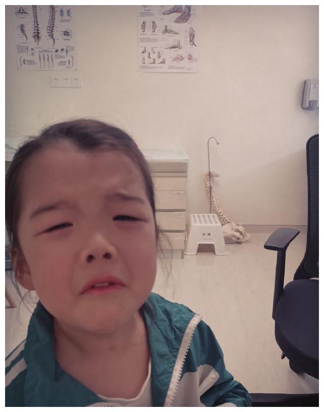 吴雅婷晒和女儿自拍,说好要做美美小淑女,结果又变成搞怪女汉子