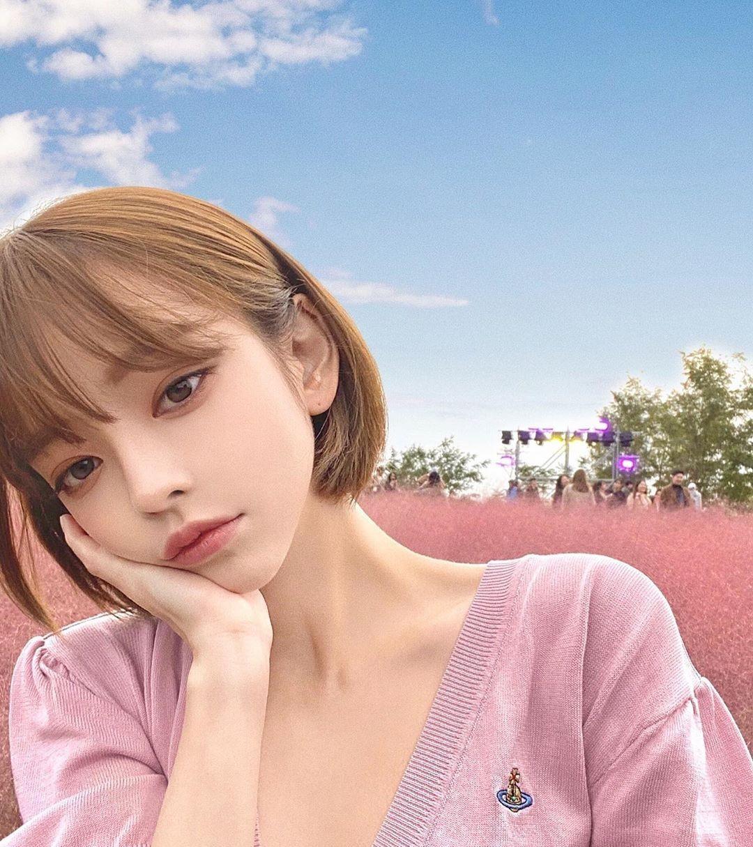 清纯女大学生喜欢素颜,淡妆让她显得十分青春