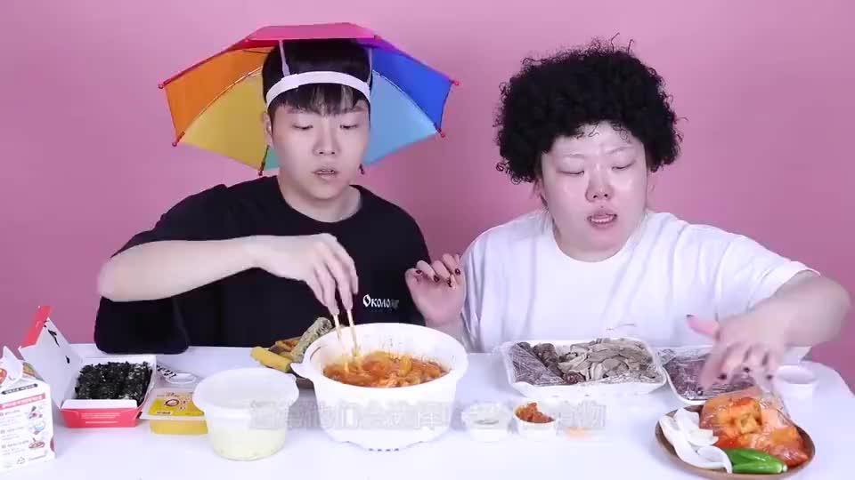 韩国大胃王挑战吃煤饼和轴承这吃法不怕肚子疼吗