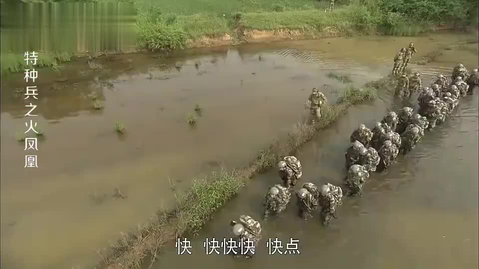 女兵武装泅渡割伤脚掌却忍痛不愿退出这份毅力男人都自叹不如