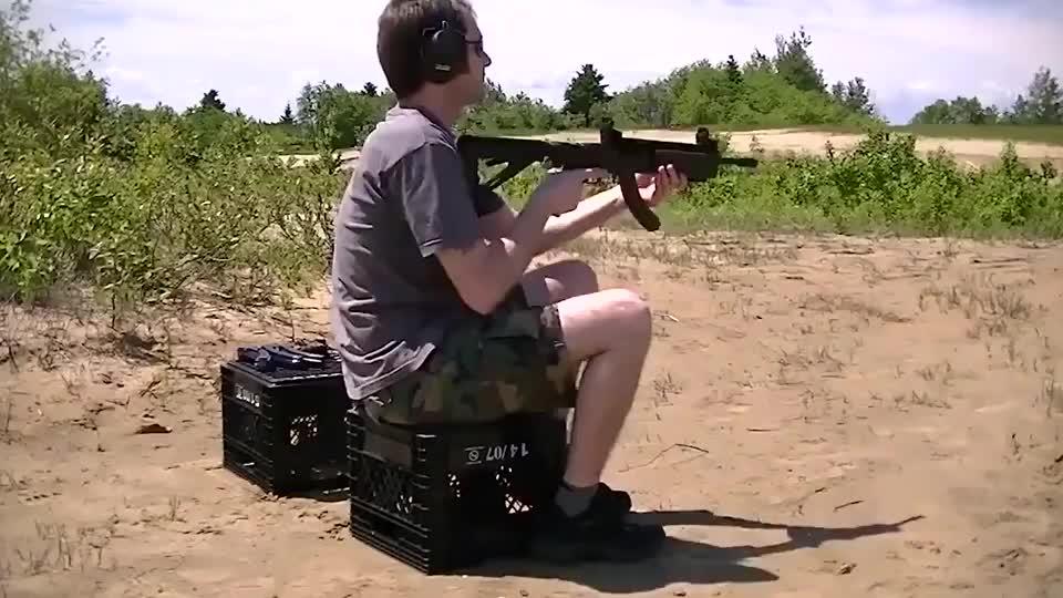 老外测试小口径自动步枪后坐力太小了怎么射击都感觉不到