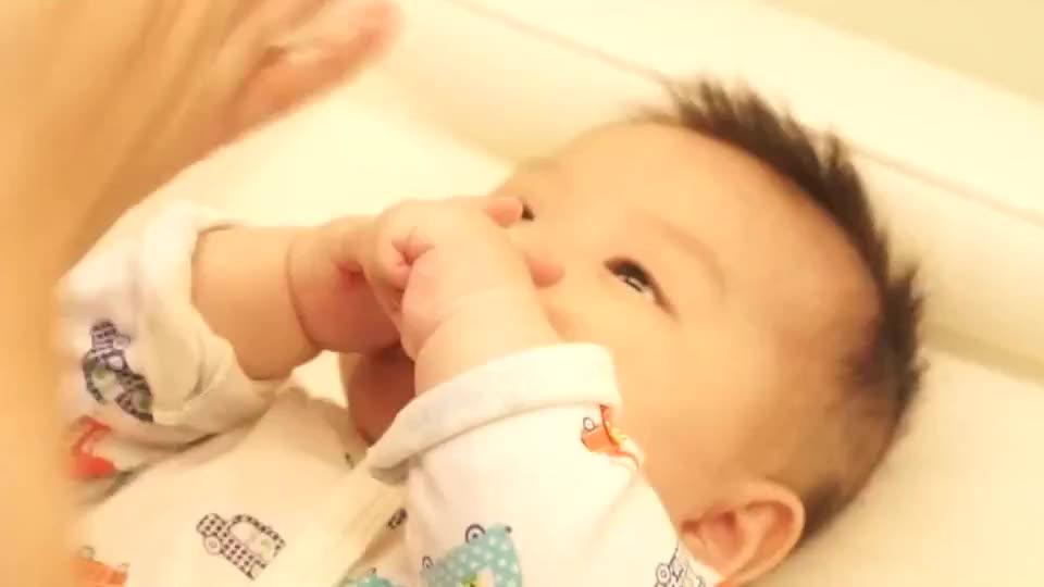 舒缓宝宝鼻塞和长牙期不适的婴儿脸部按摩,按摩中的宝宝好可爱!