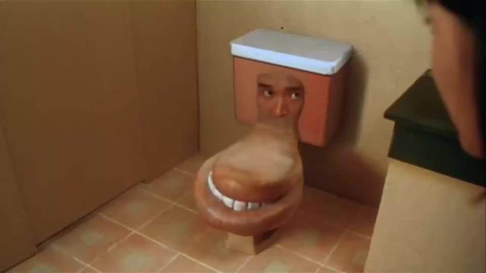周星驰变成马桶没想到就有美女来上厕所弄得他把美女弹飞