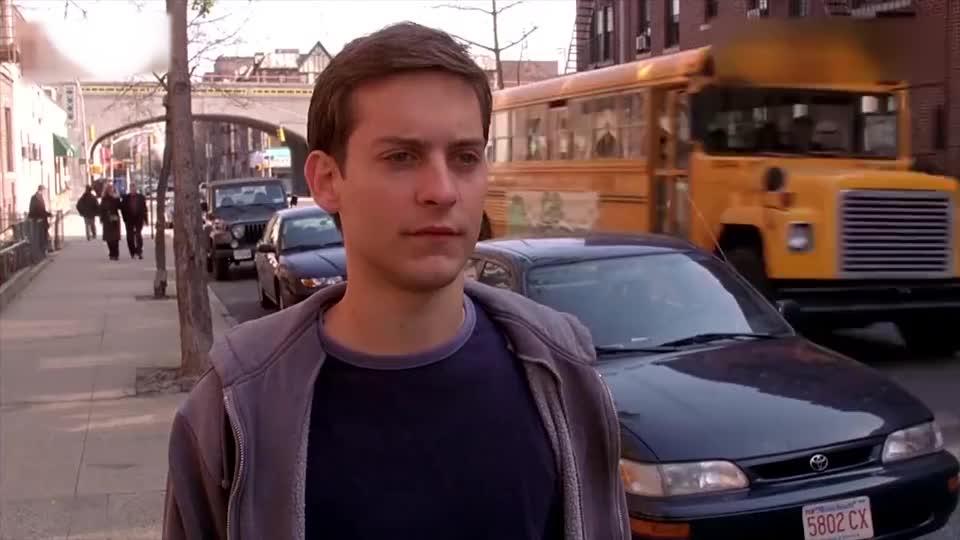 蜘蛛侠小伙狂追校车哪料手一接触到车一看顿时懵逼了_1