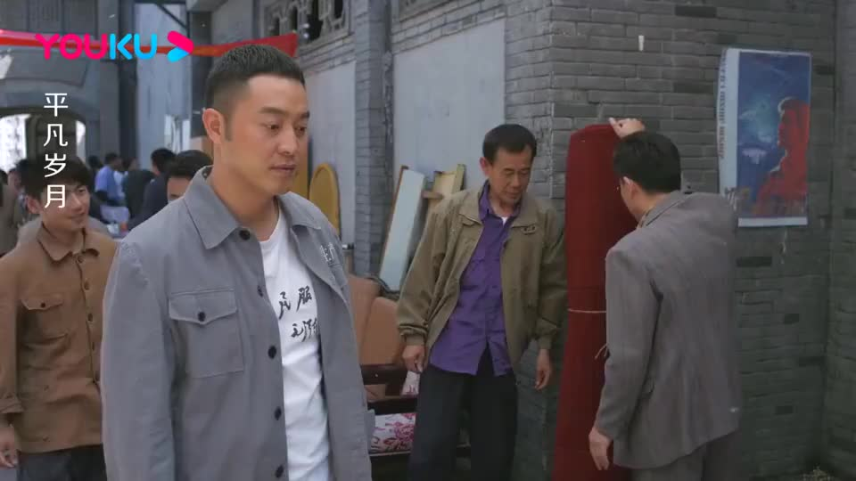 小贩在街上卖地毯本来50块的却被大宝6块买了真是砍价奇才