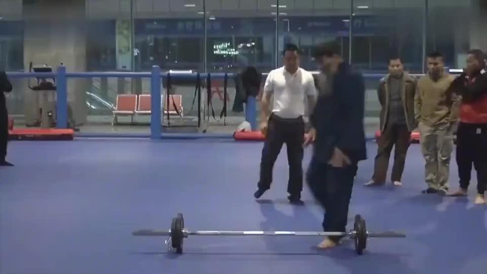 王占海原来有真功夫单手举起100斤杠铃现场高手无一做的到