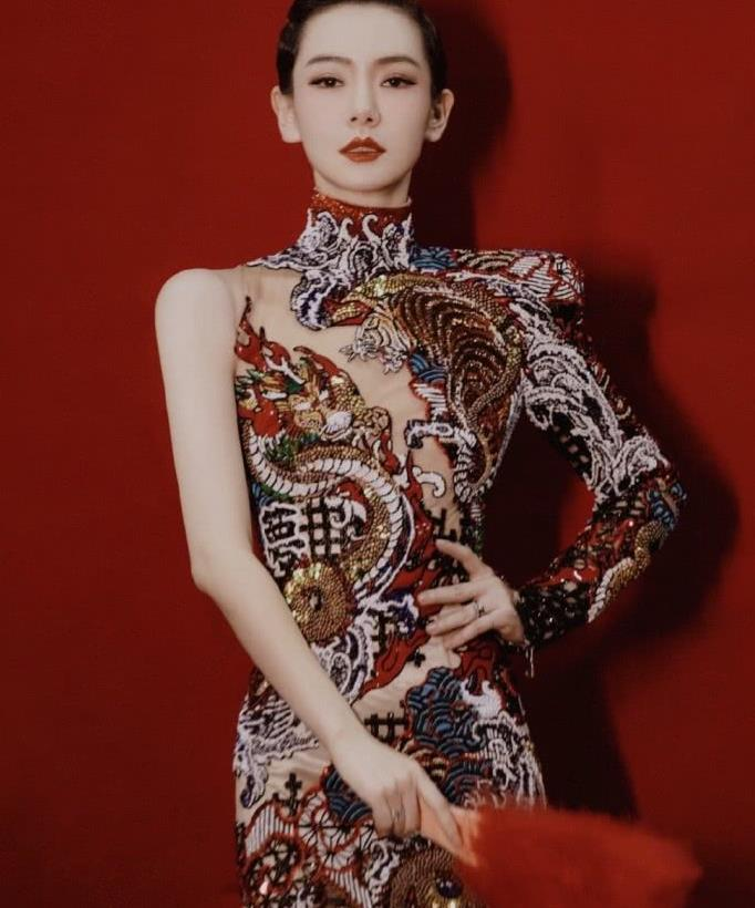 同是高奢龙纹刺绣旗袍,戚薇复古气息满满,舒淇厚刘海减分