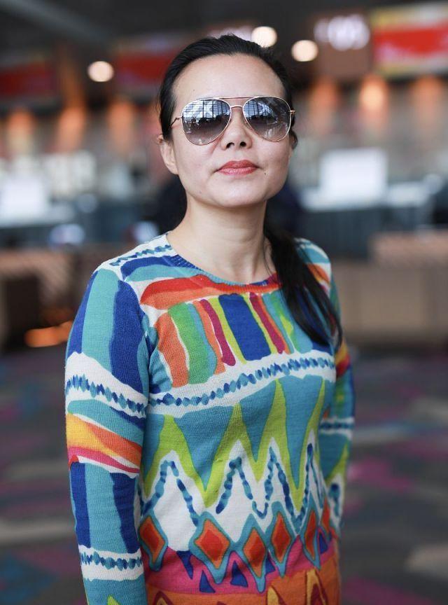 44岁龚琳娜现身机场,穿彩色针织衫扎马尾辫,黑超遮面酷似少女