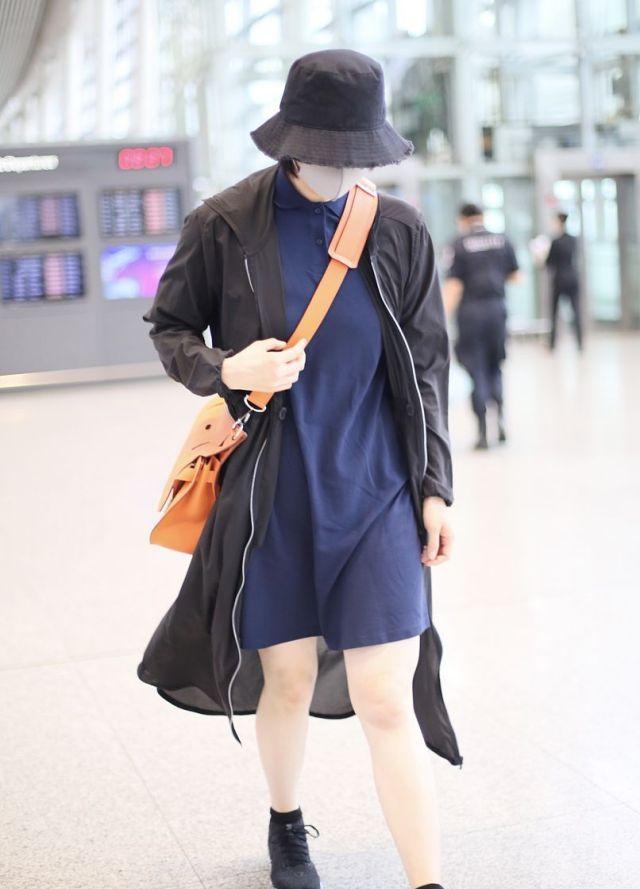 蒋欣瘦身后亮相机场腿部纤细,包裹严实不愿露素颜