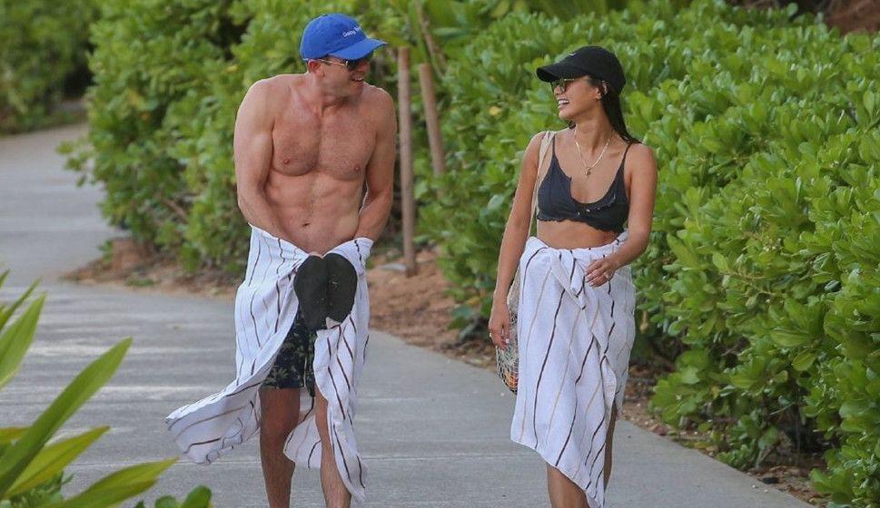 """美国女星杰米·钟,和老公夏威夷海滩度假,""""泳装比基尼""""秀恩爱"""