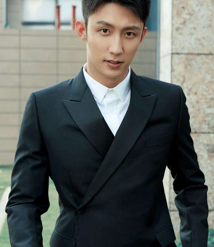 187cm黄景瑜现身电影节,穿一身经典黑色西装,模特身材超吸睛!