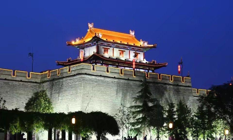 西安的南门被称为迎宾之门,晚上的灯景特别好看朋友们欣赏过吗?