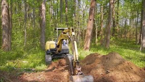 挖掘机摧毁深山水塘 当水渠挖通的一瞬间 我真的是不淡定了