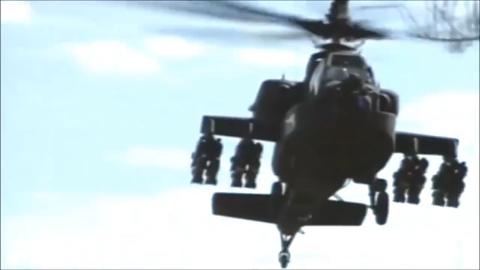 长弓阿帕奇武装直升机展示飞行机动性能