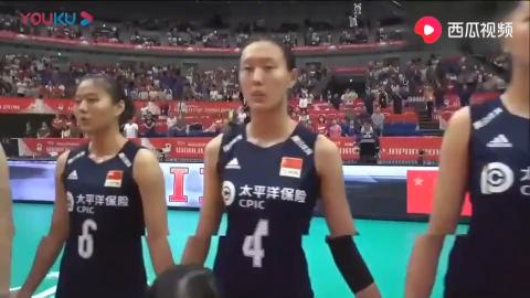 激动人心的时刻中国女排姑娘手拉手唱国歌