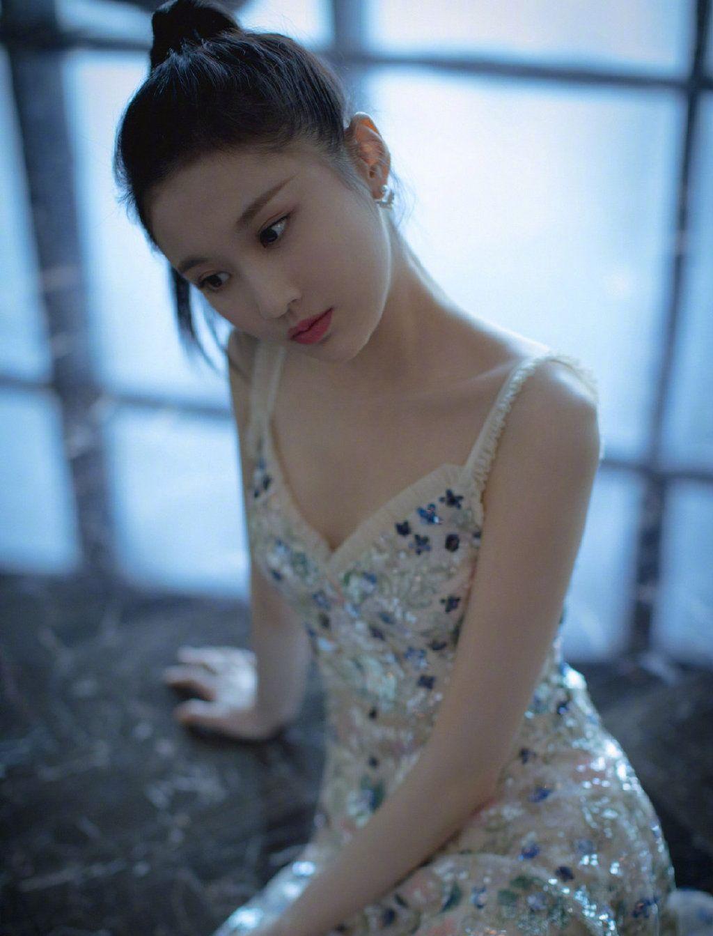 张慧雯闪片烟花吊带裙清澈明朗,美丽动人的小豹雯