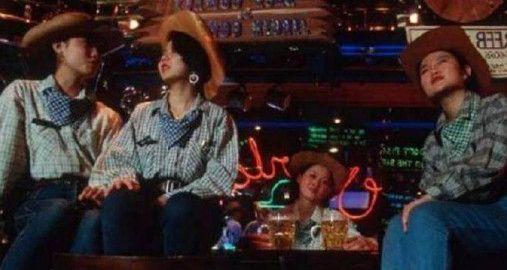 摄影师拍下90年代老照片:图2露天卡拉OK,图5发型很多男孩模仿