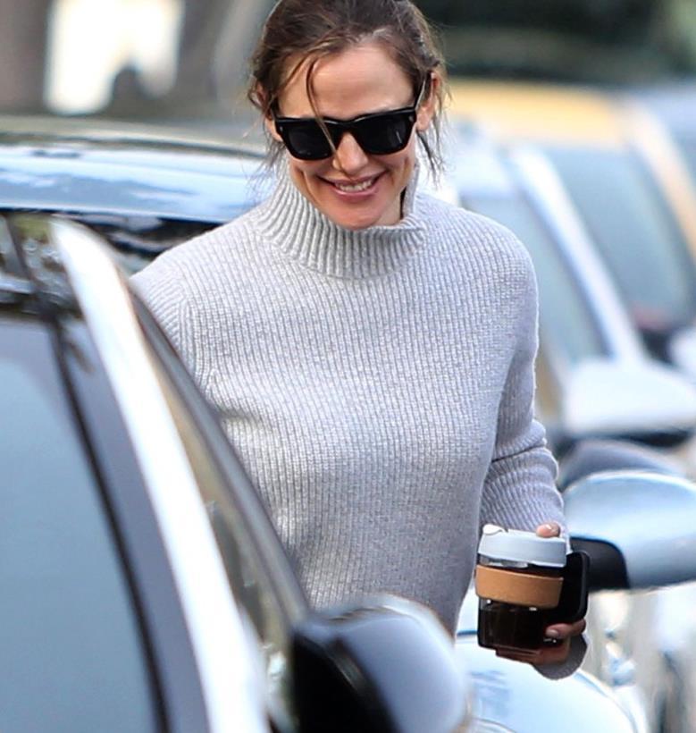 詹妮弗·加纳圣塔莫尼卡街拍,毛衣搭牛仔裤,端庄大方气质优雅