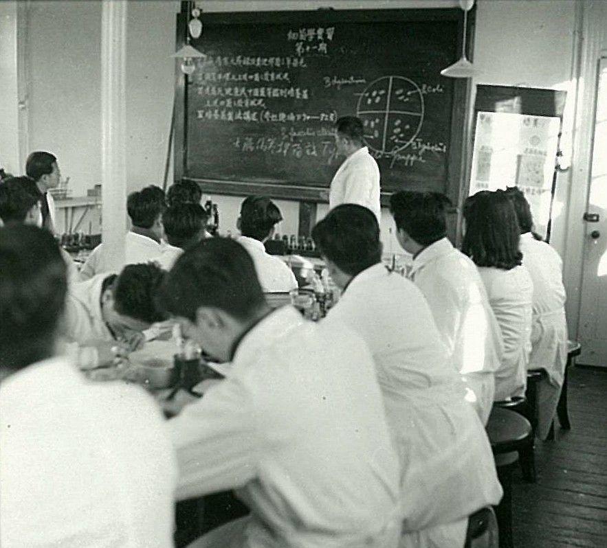 老照片:1940年北京大学医学部学生课堂