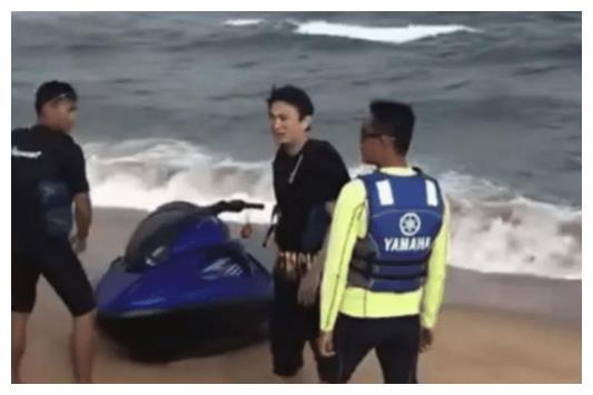 """王思聪一拖三海边度假,个个颜值高堪称""""腿精"""",校长挥手拒拍"""