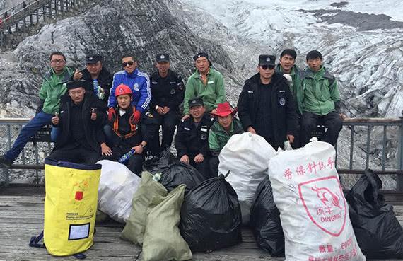 玉龙雪山景区一天处理垃圾15吨,扔进垃圾箱还好,乱扔很难捡!