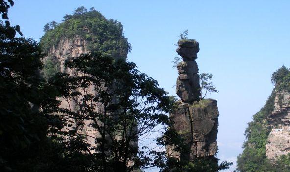 天波府是山顶上的一块平台,周围环绕数十座悬崖绝壁,适合拍照