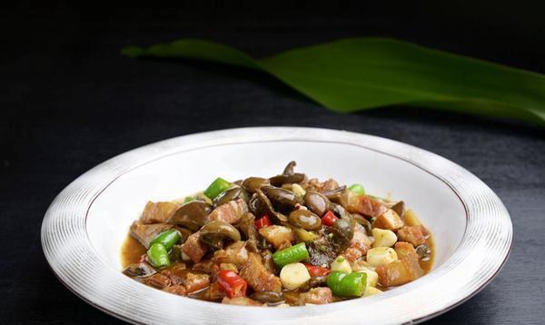 炖冷菌,冷菌鲜嫩调合肉片鲜甜,味鲜芬芳层次丰富!
