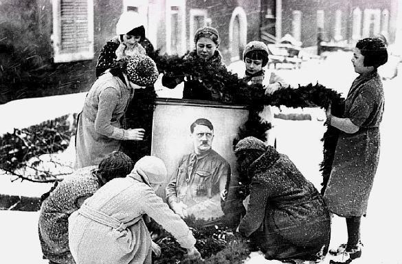 老照片:希特勒的小学毕业照,女孩们在圣诞节装饰希特勒的画像