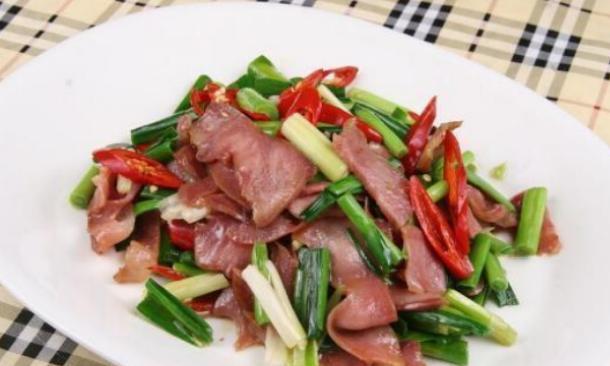 精选美食:双椒爆猪鼻、蒜苗爆肉、鸭腿炖胡萝卜