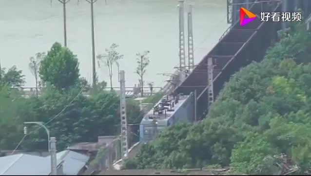 和谐HXD1C担当货运列车缓行经过浏阳河铁路桥上帝视角捕捉