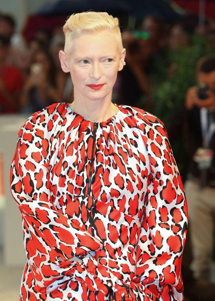 蒂尔达·斯文顿出席威尼斯电影节,网友:一般人没勇气这么穿