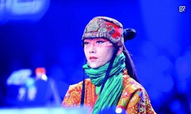 """60岁杨丽萍成""""皇太后"""",20年没自己洗脸,吃饭都要助理帮忙!"""