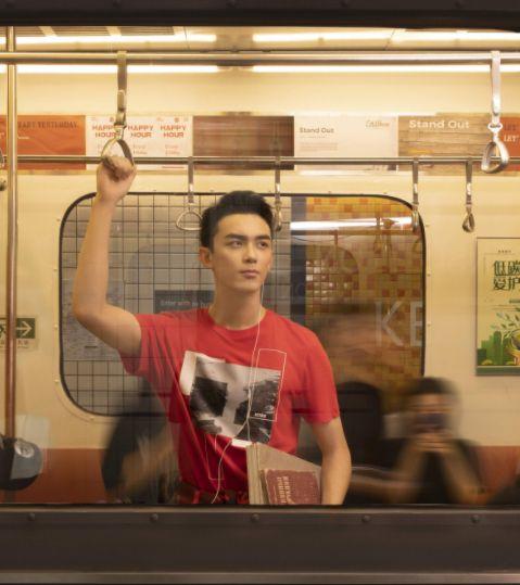 吴磊登封时尚演绎地铁大片,车厢内观人生见成长
