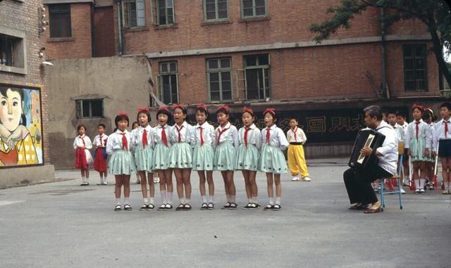 """老照片:80年代的""""红领巾""""们,你是否也曾经是他们中的一个?"""