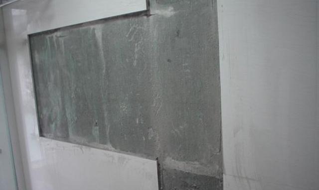 刷好防水的墙面贴砖,为什么会掉?做个拉毛处理,这下更牢固