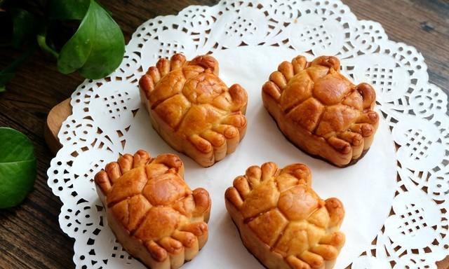 用蜂蜜做月饼,不用转化糖浆,简单又省事,月饼易回软,甜度刚好