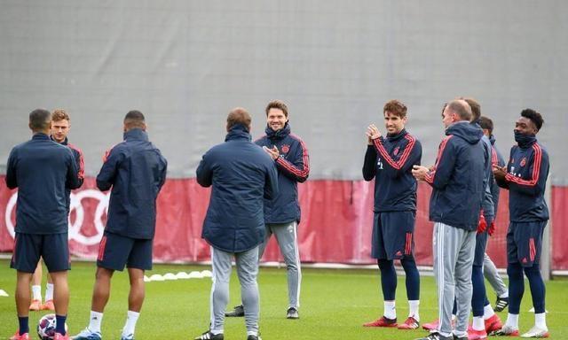 拜仁欧冠PK切尔西赛前训练,全队为主帅弗利克唱起生日快乐歌
