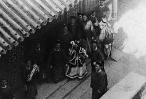 历史罕见老照片:成龙与六小龄童合照,金门炮战中的国军士兵