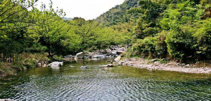 随处可见的碧绿溪水,若是遇上好天气,更是绝美