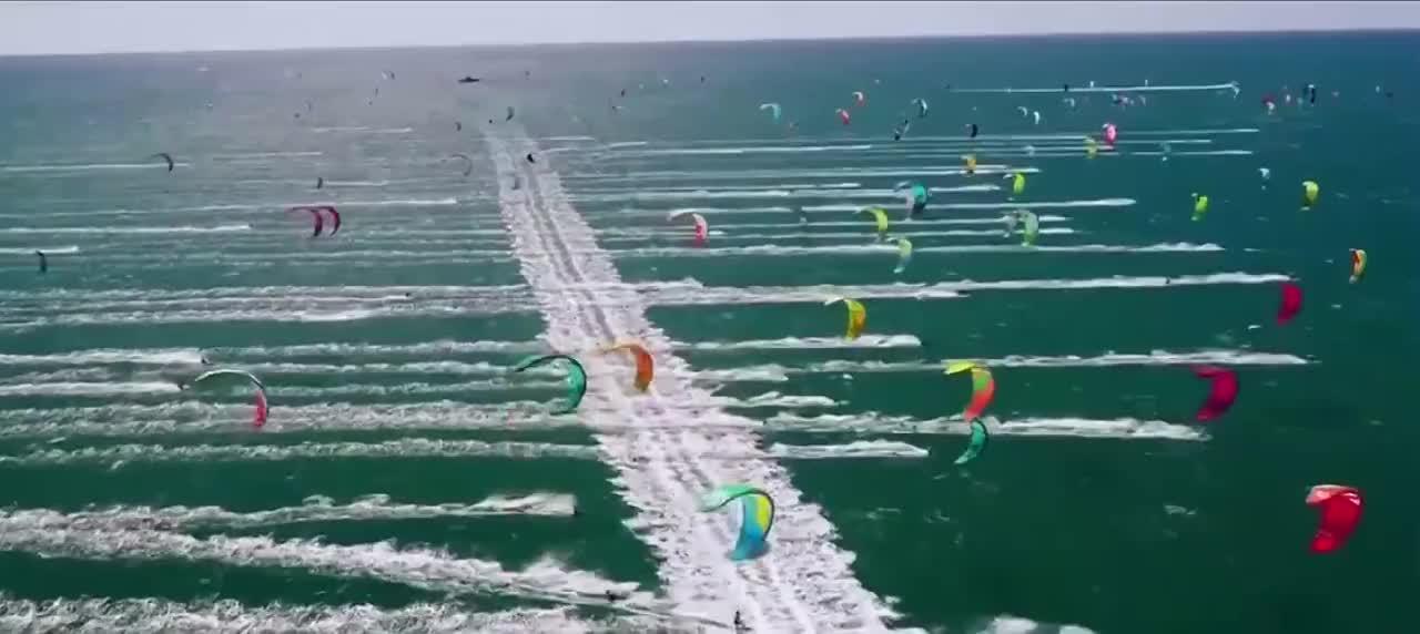 千鹞竞逐风筝冲浪大赛地中海上的彩色音符