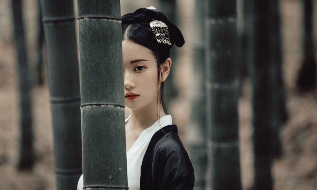 虎视v美女:竹林里的美女美女写真古装球绑胶图片