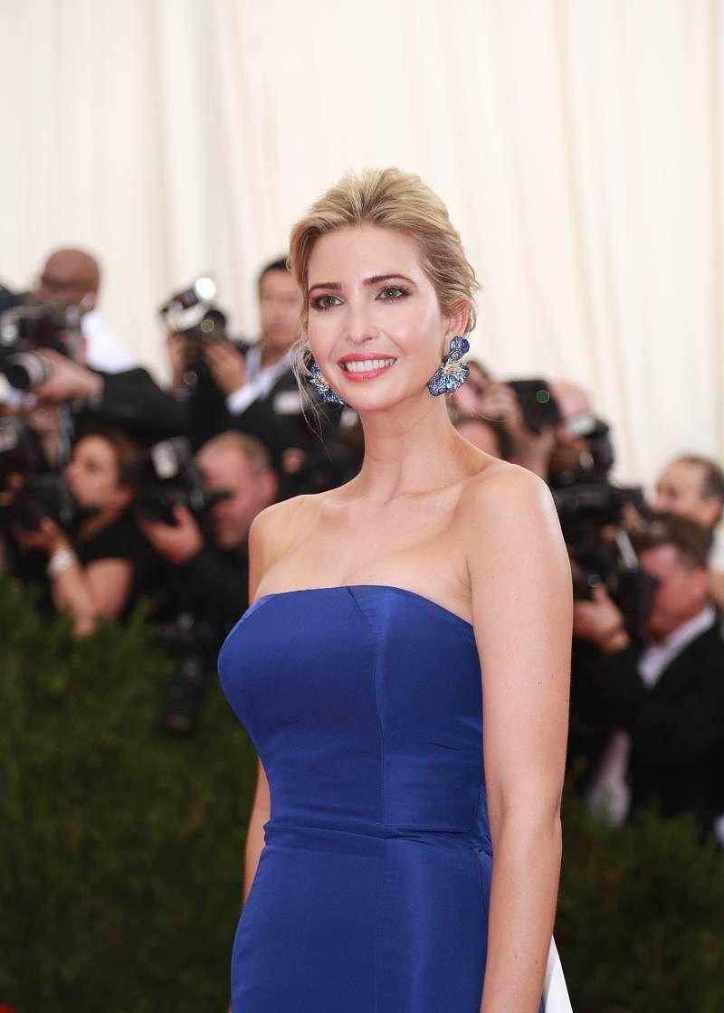 伊万卡蓝白色的长裙尽显高挑靓丽,盛装出席活动光彩照人